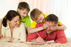 Het spelen van de familie op het tapijt Royalty-vrije Stock Afbeeldingen