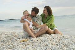 Het spelen van de familie op strand stock fotografie