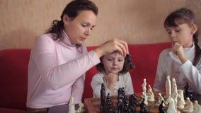 Het spelen van de familie schaak stock footage