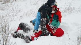 Het spelen van de familie in sneeuw stock videobeelden