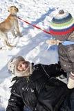 Het spelen van de familie in sneeuw Stock Afbeelding