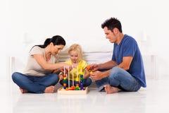 Het spelen van de familie stuk speelgoed Royalty-vrije Stock Foto