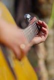 Het spelen van de gitaar stock foto's