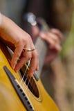 Het spelen van de gitaar Stock Afbeelding