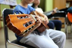 Het spelen van de gitaar, mens het spelen gitaar royalty-vrije stock afbeelding