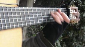Het spelen van de gitaar met zwarte handschoenen op handen video stock footage