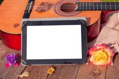 Het spelen van de gitaar in de tuin stock foto's