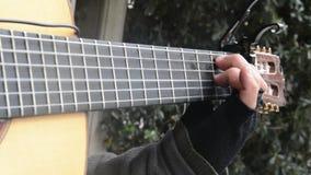 Het spelen van de gitaar video stock videobeelden