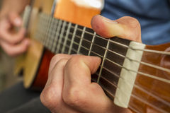 Het spelen van de gitaarkoorden Royalty-vrije Stock Afbeelding