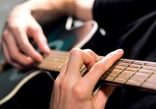 Het spelen van de gitarist gitaar Stock Afbeeldingen