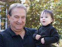 Het spelen van de grootvader en van de kleindochter stock fotografie
