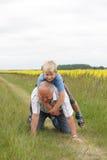 Het spelen van de grootvader en van de kleinzoon Royalty-vrije Stock Foto