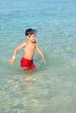 Het Spelen van de jongen bij Strand Royalty-vrije Stock Afbeelding