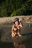 Het spelen van de jongen bij strand Stock Fotografie