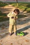 Het spelen van de jongen controleauto Royalty-vrije Stock Afbeelding