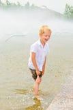 Het spelen van de jongen in de fontein Royalty-vrije Stock Afbeelding