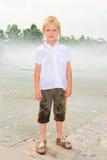 Het spelen van de jongen in de fontein Stock Afbeelding