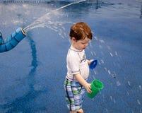 Het Spelen van de jongen in de Nevel van het Water Royalty-vrije Stock Fotografie