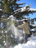 Het spelen van de jongen in de sneeuw Stock Afbeeldingen