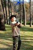 Het spelen van de jongen in een park Stock Afbeelding