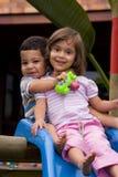 Het spelen van de jongen en van het meisje Stock Fotografie