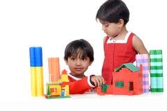 Het spelen van de jongen en van het meisje met blokken Royalty-vrije Stock Fotografie
