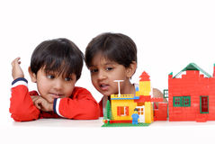 Het spelen van de jongen en van het meisje met blokken Stock Afbeelding