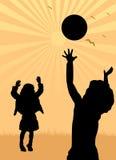 Het spelen van de jongen en van het meisje met een bal Stock Afbeelding