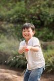 Het spelen van de jongen gelukkig met een waterkanon Royalty-vrije Stock Afbeeldingen