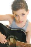 Het spelen van de jongen gitaar stock foto's