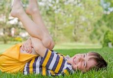 Het Spelen van de jongen in het Gras Royalty-vrije Stock Foto
