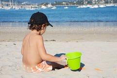 Het spelen van de jongen in het strand Stock Afbeelding