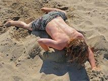 Het Spelen van de jongen in het Zand Stock Afbeelding