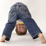 Het spelen van de jongen hoofd neer Stock Fotografie