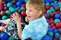 Het spelen van de jongen met ballen Royalty-vrije Stock Foto's