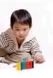 Het spelen van de jongen met domino's Stock Fotografie