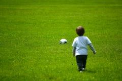 Het spelen van de jongen met een bal Royalty-vrije Stock Foto's