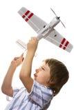 Het spelen van de jongen met een stuk speelgoed vliegtuig Stock Foto's
