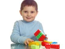 Het spelen van de jongen met het kleurrijke bakstenen glimlachen Royalty-vrije Stock Fotografie