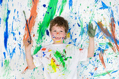 Het spelen van de jongen met het schilderen Stock Fotografie