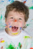 Het spelen van de jongen met het schilderen Royalty-vrije Stock Foto