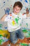 Het spelen van de jongen met het schilderen Stock Afbeeldingen