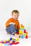 Het spelen van de jongen met houten blokken Stock Foto