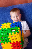 Het spelen van de jongen met kubussen Royalty-vrije Stock Foto