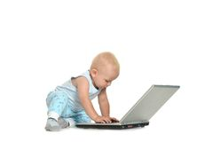 Het spelen van de jongen met laptop Royalty-vrije Stock Afbeeldingen