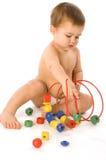 Het spelen van de jongen met multicolored kubussen en krul Royalty-vrije Stock Afbeeldingen