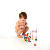 Het spelen van de jongen met multicolored kubussen en krulisola Royalty-vrije Stock Foto