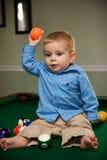 Het spelen van de jongen met poollijst Stock Foto