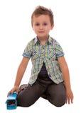 Het spelen van de jongen met stuk speelgoed stock afbeelding