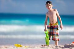 Het spelen van de jongen met zand Stock Afbeeldingen
